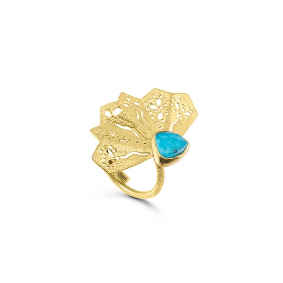 Make a statement combining a fascinating Turquoise doublet stone and a handcrafted gold lace fan delicacy. This lovely ring will let you stand out.